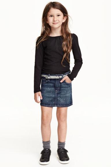 H&M : กระโปรงยีนส์ มาพร้อมเข็มขัด Size : 1.5-2y / 2-4y / 4-6y / 6-8y / 8-10y / 10-12y