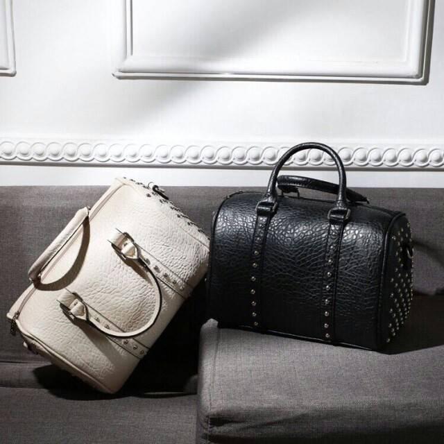 กระเป๋าทรงหมอนแต่งหมุดกลมอะไหร่สีเงิน