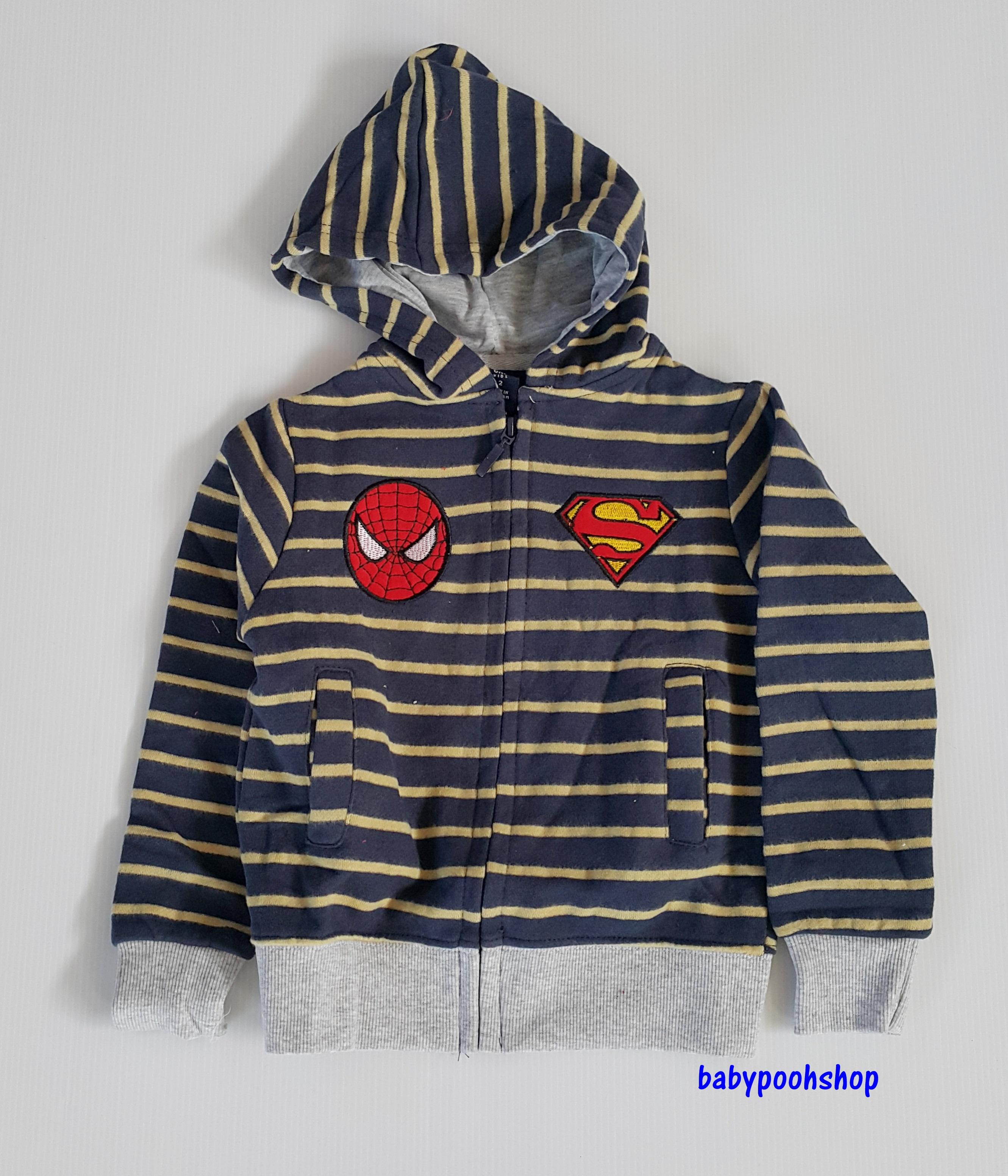 แจ็คเก็ทกันหนาว ซิปหน้า ลายขวาง ปักโลโก้ spiderman&superman สีกรมคาดเหลือง size : 2y / 3y /5y / 6y / 7y / 8y