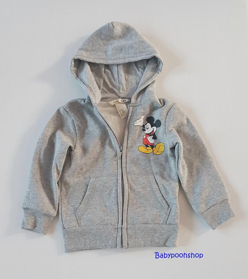 H&M : เสื้อกันหนาว มีฮูด ข้างในบุผ้าสำลี ผ้าไม่หนามาก สกรีนลายมิกกี้เมาส์ สีเทาขาว size 2-3y / 5-6y