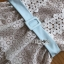 เดรสผ้าลูกไม้สีขาวลาย Scallop ตกแต่งริบบิ้นสีฟ้าด้านหลัง thumbnail 12